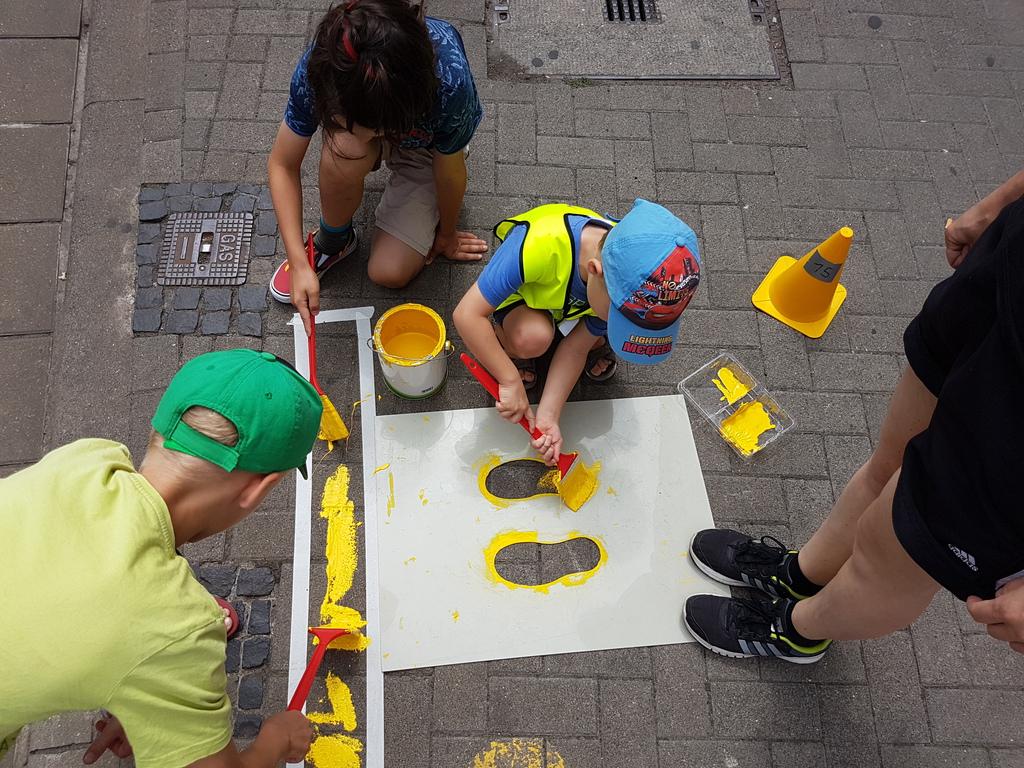 Gelbe Füße für einen sicheren Schulweg